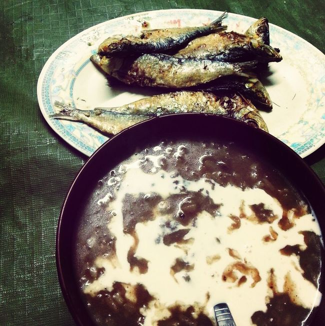 Tuyo(Dried Fish) and Filipino Tsampurado. It might look gnarly to you, but this is what i grew up with. Filipino Food Champorado Food Porn In My Mouf
