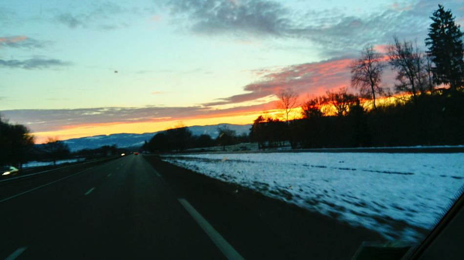 Le soleil ☀ se lève......... Émerveillement Sunset Road Sky Cloud - Sky Landscape Beauty In Nature Cold Temperature Winter Scenics Snow Frommypointofview Thinkpositive Naturemakesmehappy Nature Makes Me Smile Soleil My Point Of View Sun Beauty In Nature Tranquil Scene Nature