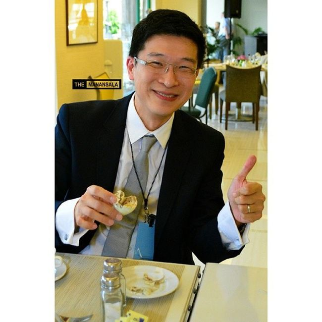 A Singaporean delegate to Vatel International Convention Mr. Chia Tuck Keong just loved 'balut,' a fertilized duck egg and considered a 'bizarre' food by Zimmern. Mr. Chia is the founding and managing Director of Singapore D' Hospitality Institute, Temasek International College, Singapore. Vatel Vatelinternationalconvention Vatelmanila Benilde themanansala balut pinoyfood bizarrefood itsmorefuninthePhilippines