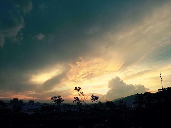 No todos los dias se puede admirar un bello atardecer Puesta De Sol Atardecer Sol Paisaje Maravillas De La Naruraleza Nature