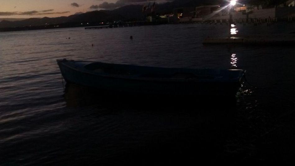 Bote en penumbra. Playa/ muelle de Arroyo. Puerto Rico Boat Rowboat Beach Port Ocean Arroyo Puerto Rico Beach Photography Dusk Nigth Photography Twilight Twiligth Sea Twiligth Sky Twiligth Boat Sunset Beautiful Seaside Seashore
