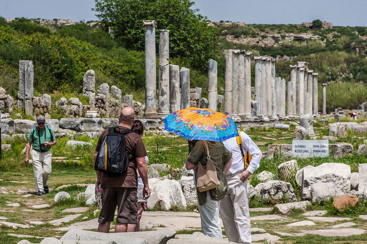 antike Stadt Perge in der Südtürkei, antique town Perge in south-turkey Altertümer Temple Of Artemis Touristen Besichtigung Sightseeing , Antique Perge Antiantic Antike Archeologique Day Historisch, Historic Outdoors People Real People Ruinen Sculpture