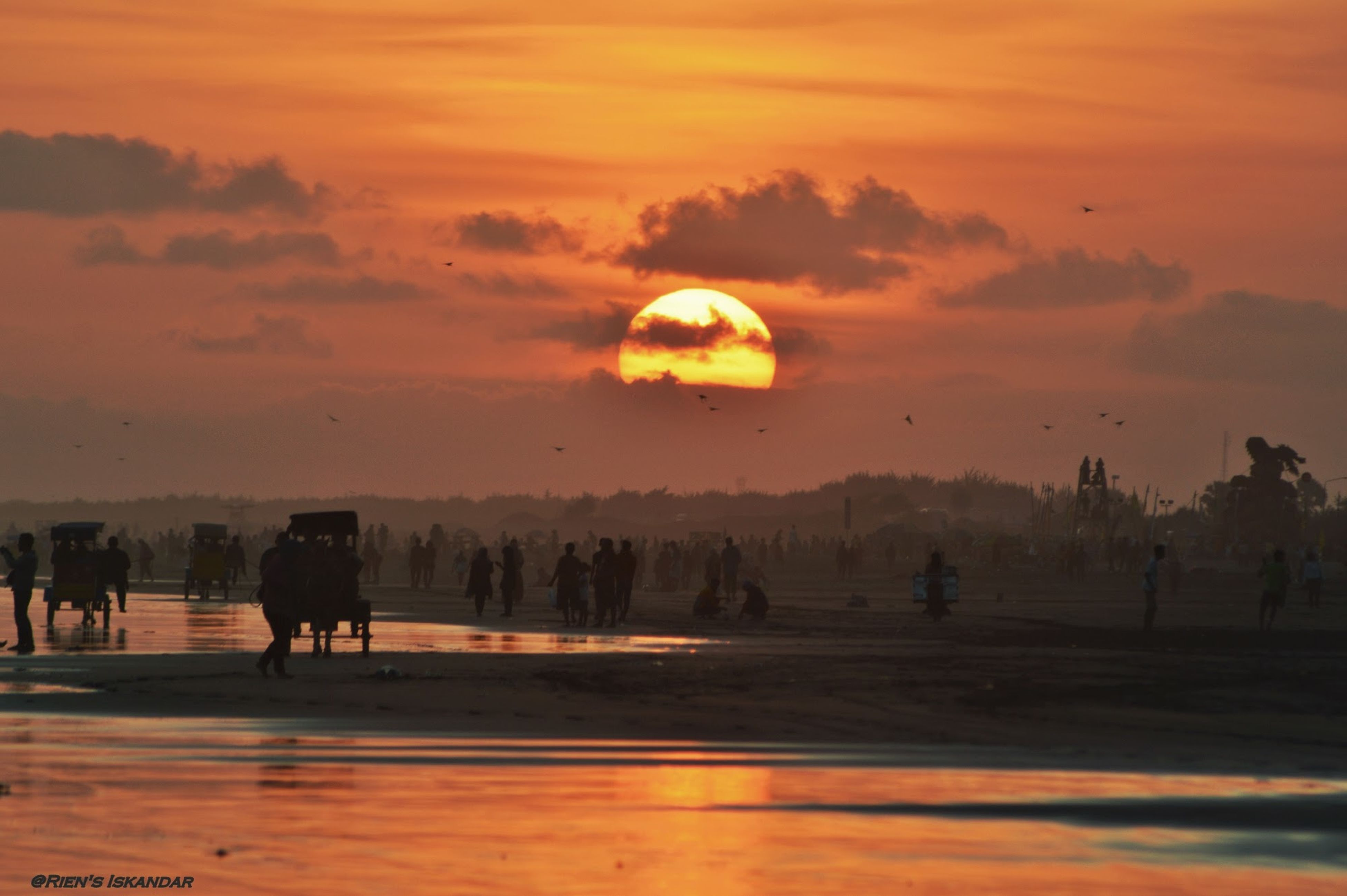 sunset, sky, leisure activity, large group of people, lifestyles, beach, orange color, silhouette, men, enjoyment, scenics, cloud - sky, sea, vacations, sun, fun, beauty in nature, tourist, person