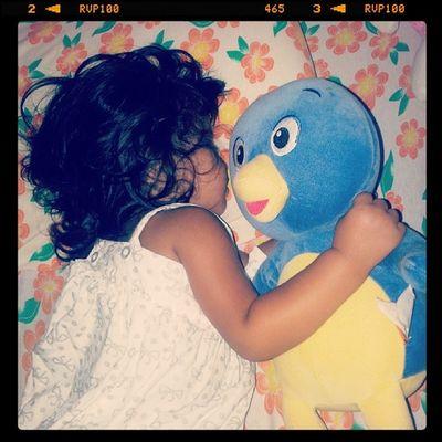 Depois de muito choro, muita manha ela agarrou o Pablo e dormiu... so a Malu mesmo te amo minha vida *--*... Olha @pattyfelixviana o pablo q vc deu pra malu não larga ele pra nada kkk
