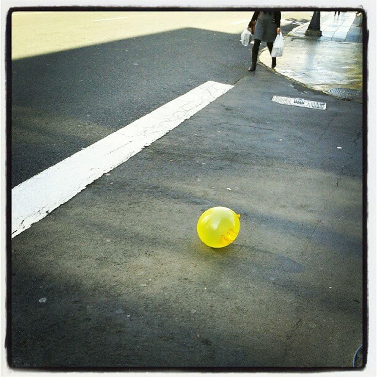 Globo amarillo sin dueño | Yellow balloon without owner Globo Sopladera Amarillo Amarilla Street Calle Yellow Balloon