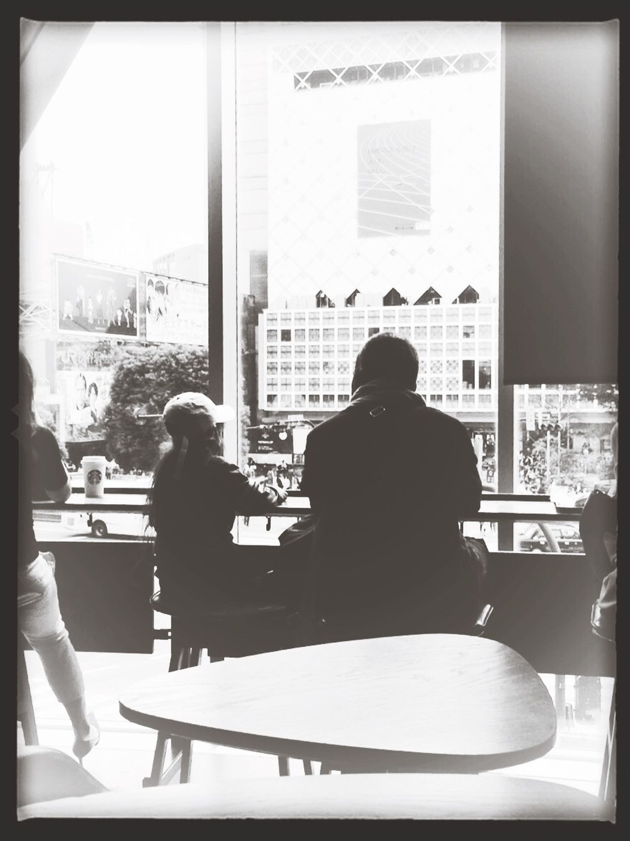 仲良し親子。 Father And Daughter Natural Light Shibuya Shibuyacrossing Starbucks Starbucks Coffee Family Monochrome Blackandwhite Tokyo Days Adapted To The City