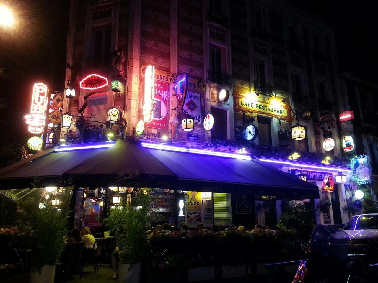 Beautiful Night Pub Restaurant Parisien