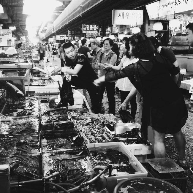 Working the bargain... People Watching Noryangjin South Korea Seoul Seoul_korea Noryangjin Fish Market Fish Market Citylife Streetphotography Streetphoto_bw Blackandwhite