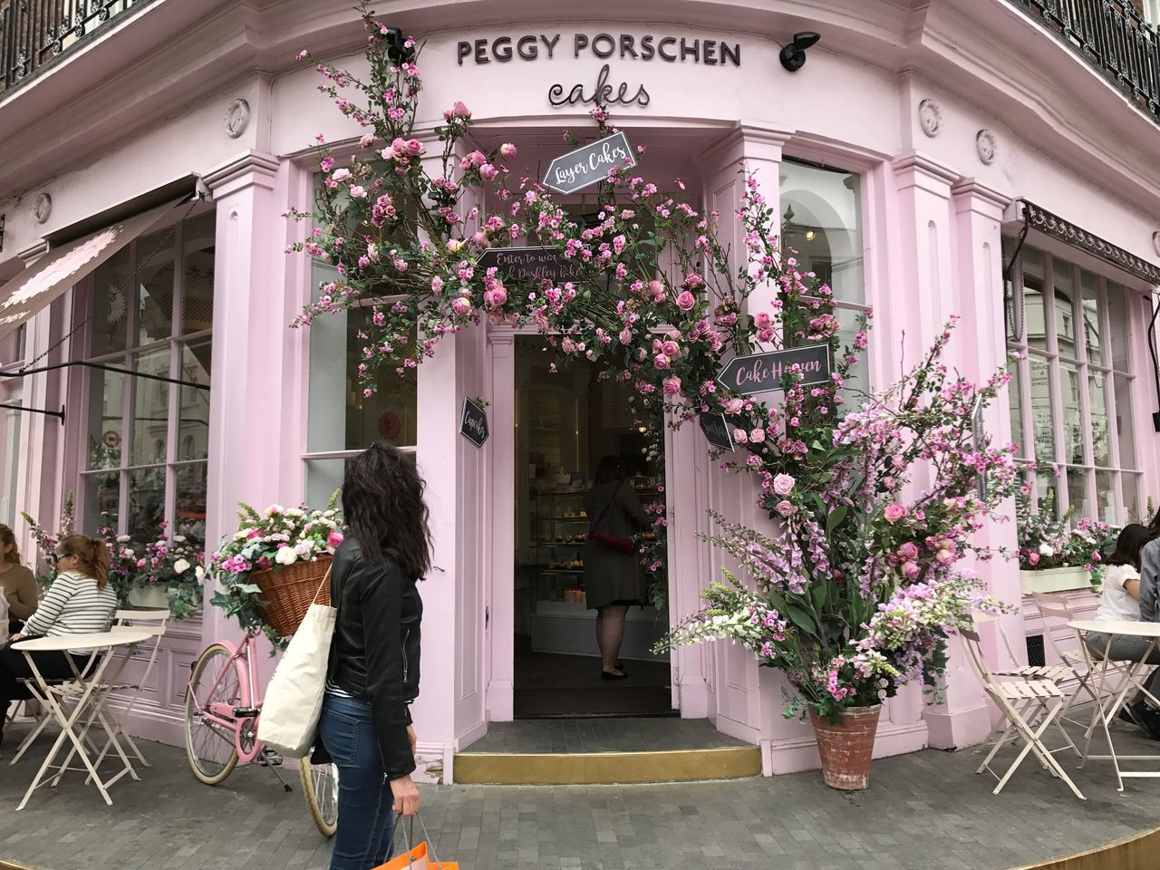 EyeEm LOST IN London One of the many charming shops in London. Came across more than I could remember during my walks and this one definitely had one of the most gorgeous fronts... Peggy Porschen Chelsea Sloane Square London Streetphotography Ebury Street Flower Cake Shop