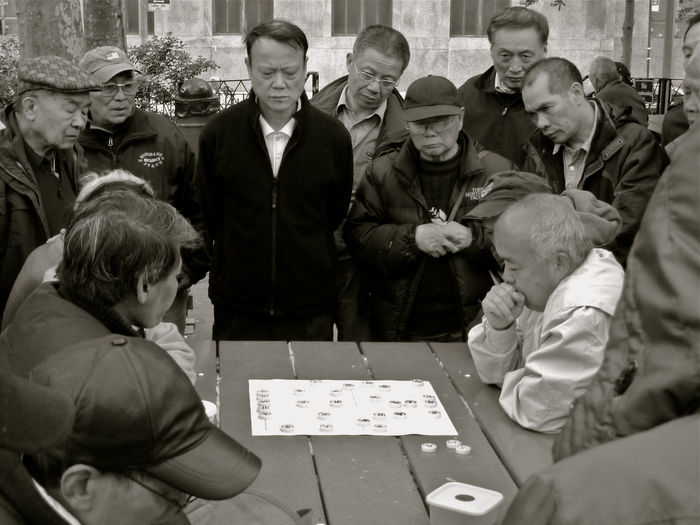 Black And White Blanco Y Negro Board Games Boys Chinese Culture Expectación Expectation Jeu De Société Jogo De Tabuleiro Juego De Mesa Leisure Activity Leisure Games Leisure Time Lifestyle Photography Lifestyles Looking Nueva York People Watching 棋盤遊戲 閒暇