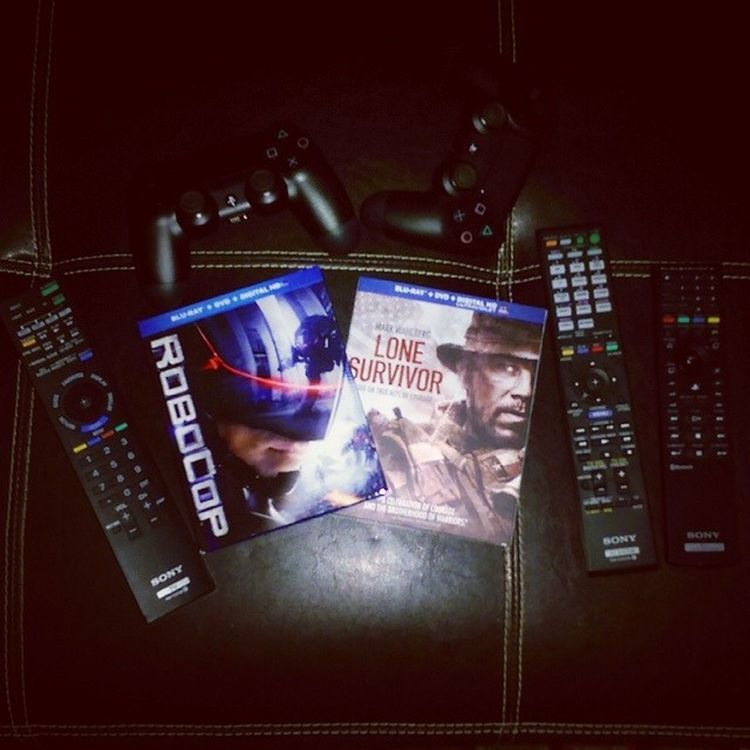 Movienight Robocop & LoneSurvior Bluray one is Scifi the other based on a Truestory 😊 ✌🍹🎥📺🎦 cool Flicks