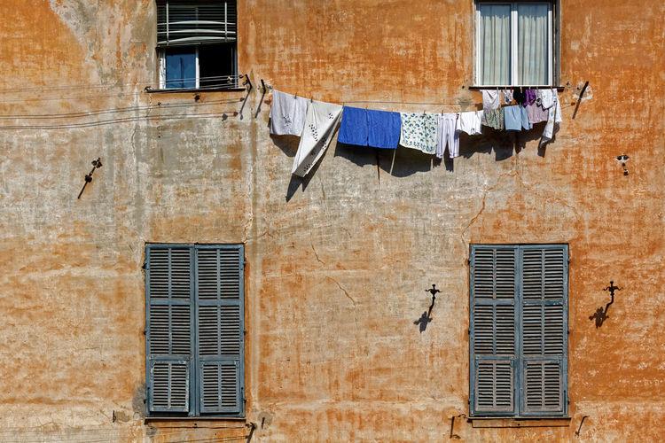 Giorno del bucato Poto Maurizio Liguria Italia 2011 Giorno Del Bucato Porto Maurizio Liguria Italia Waschtag Porto Maurizio Ligurien Italien Wash-day Porto Maurizio Italy Architecture Drying Hanging Window