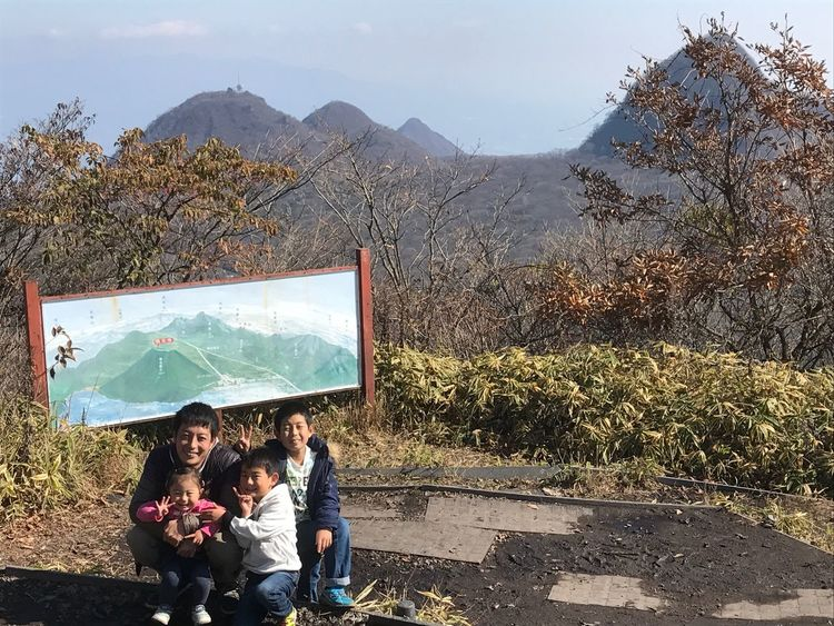Mother Mountain Real People Sitting Togetherness Daughter Family Leisure Activity Day Outdoors Son Females Men Nature Childhood Lifestyles Boys Technology Women Sky