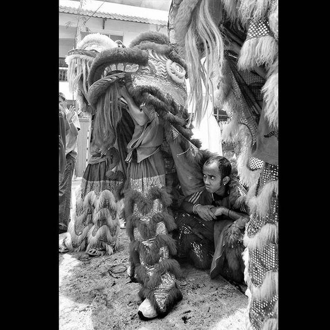 i'm not hide from them, i just take a shelter from the very hot rays of the sun. Wonderfullkepri Indonesia_photography Pewartafotoindonesia Natgeonesia 1000kata Wonderfulindonesia Indonesiajuara Bestpartofindonesia IndonesiaOnly Lensaindonesia Satuindonesia Photooftheday Thephotosociety Streetphotography Streetphotographers StreetLife_Award Streetphoto_bw Blackandwhitephoto Bw_indonesia Artphoto_bw Bnw_globe Bw Bnw_worldwide Bestshooter_bw Monochrome bnwShanghai HIPAae HIPAsnap