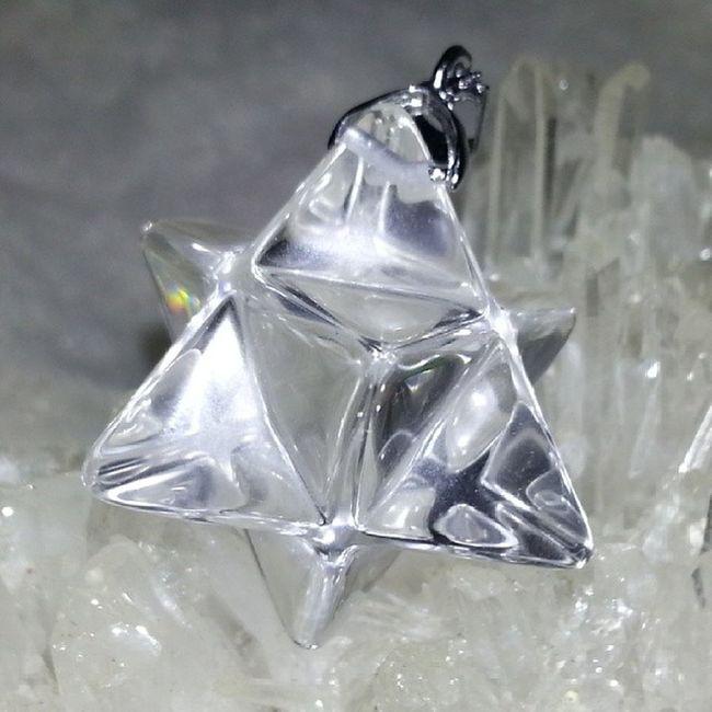 白晶魔卡巴(可作靈擺) 魔卡巴水晶是由兩個立體的金字塔所相對疊成的,也因此形成了多面體,也可以說是更為立體、鮮活的「大衛之星」能量體!這是一種非常強大的組合體。西方神祕家就認為「魔卡巴水晶」是一種載具,它的交織光芒能夠同時影響著人們的靈魂與肉體,還能將之從一個時空載往另一個時空環境,是一種能夠協助人們往返多重時空的交通工具。另一層解釋,說明人類自從亞特蘭提斯的崩解以來,已經和自己及宇宙之光的源頭失聯太久了。利用這種它來靜心冥想,可以在身旁周遭交織激起幾何圖形的光罩,一來可以當成很好的「結界」、保護罩,不怕任何外來任何干擾;二來,可以將人的靈魂(意識)帶入一種「定境」,猶如穿越時空一般,重新體會「光的源頭」,也就是接受宇宙間「無限大愛」的啟發、滋潤、與重新啟動。他們稱之為「升天」的感覺,或是「靈魂覺醒」。 白晶 魔卡巴 靈擺 大衞星 水晶 天然水晶 礦石 hkig hkonlineshop hkonlineshopping hkigshop 852 852shop 手飾 飾物 現貨 hkseller