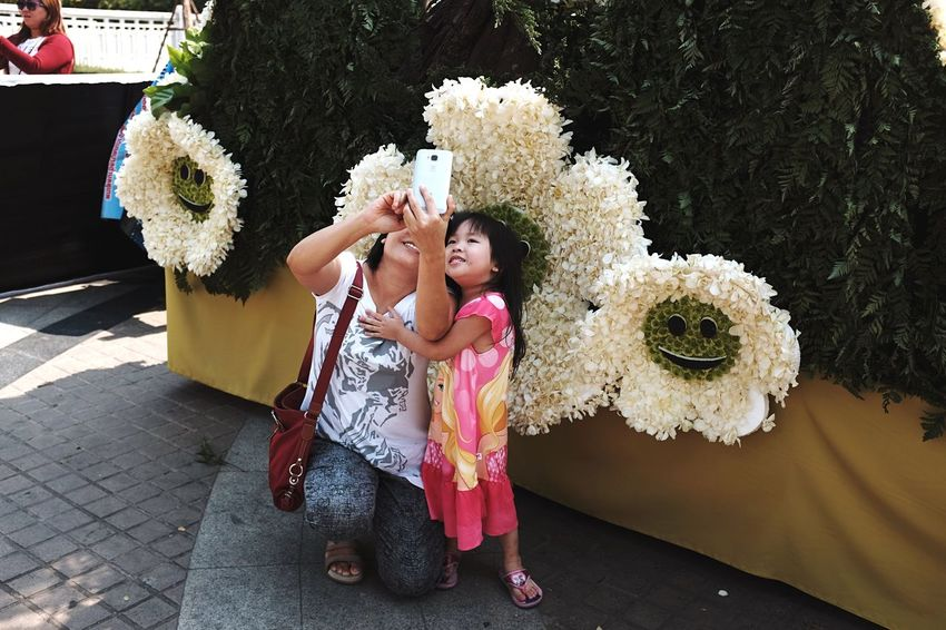 Spotted The Tourist taking a Selfie at the flower festival in Chiangmai , Thailand . EyeEm Thailand Streetphotography Tourist Tourist Attraction  FujiX100T X100t Fujifilm_xseries EyeEm Best Shots Showcase: February Women Who Inspire You Family Mother & Daughter Spotted In Thailand Telling Stories Differently