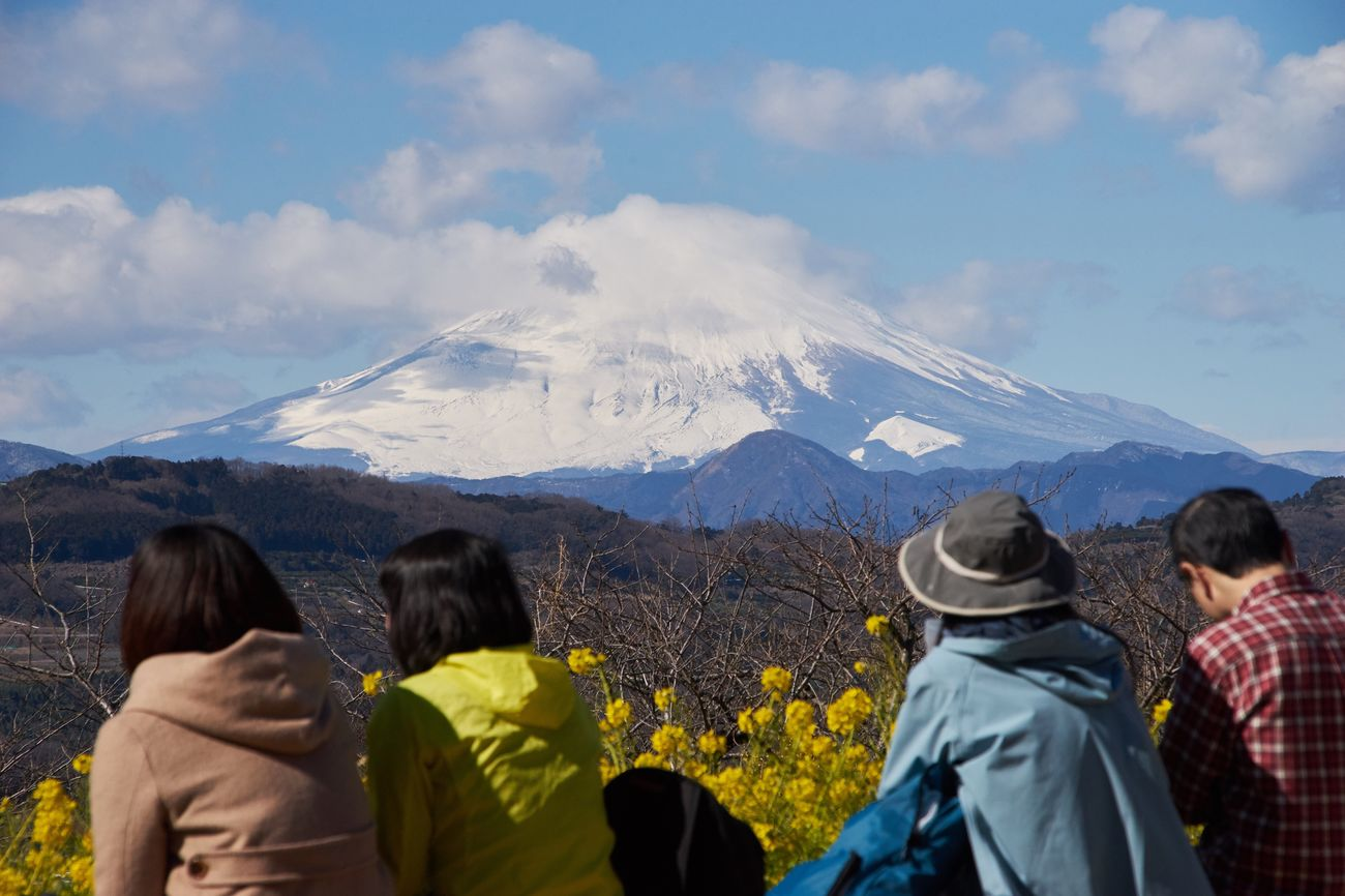 Mountain Scenics Mountain Range Beauty In Nature Nature Real People Sky Rear View Landscape Leisure Activity Tranquil Scene Outdoors Vacations Mountain Peak Men Women Tranquility Day Adventure EyeEm Nature Lover Eye4photography  Mt.Fuji Beauty In Nature Rear View Clear Sky