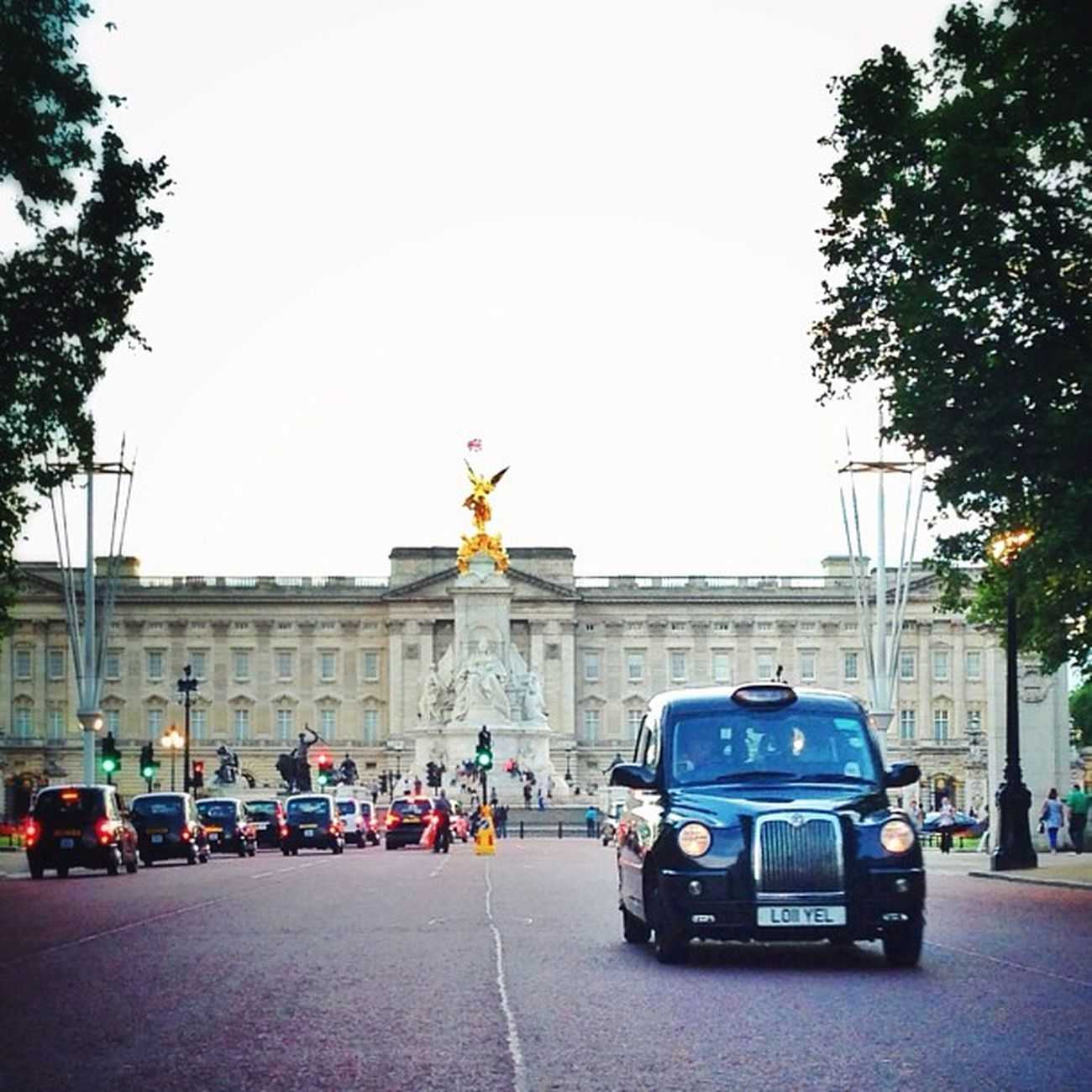 Black cabs and #buckingham palace ????? #cab #pallmall Igers_london Ig_england Love_london Ic_cities_london Ig_london Cab Aauk Gang_family Capture_today Londonpop Loveyoursummer Buckingham Mashpics Allshots_ Top_masters London_only From_city Gf_uk Pro_shooters Alan_in_london Insta_london Pallmall Thisislondon Gi_uk