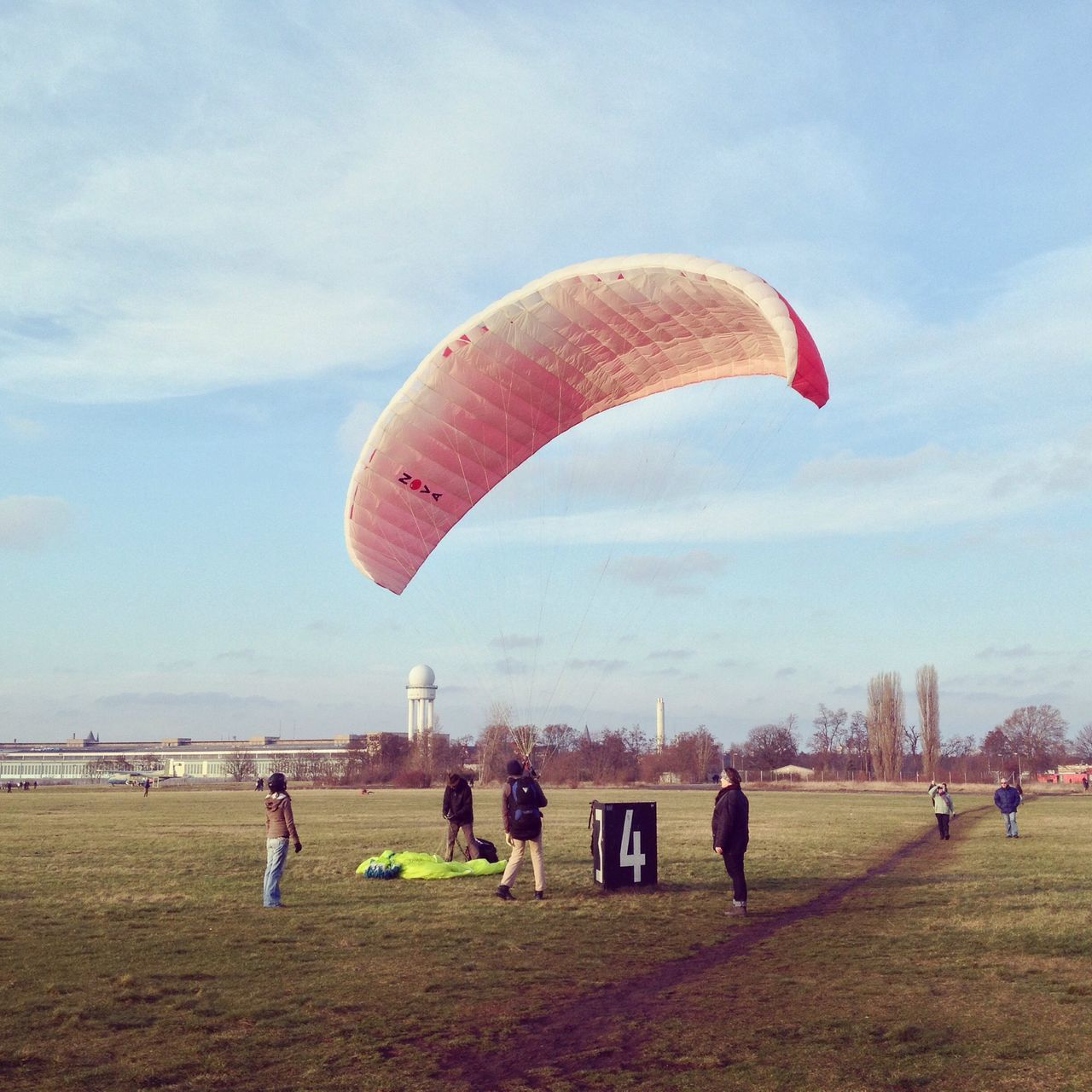 real people, leisure activity, sport, parachute, lifestyles, sky, adventure, day, large group of people, men, grass, outdoors, extreme sports, landscape, paragliding, full length, nature, people, adult