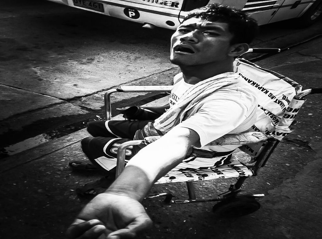 While we often take for granted what we have and complain bout what we dont have,they try to survive with what they have.. Mobilephotography Lightandshadow Blackandwhite Streetphotography Reality People Eradicate Poverty PhotojournalismNotjustanotherbeautyshot Thisisreality