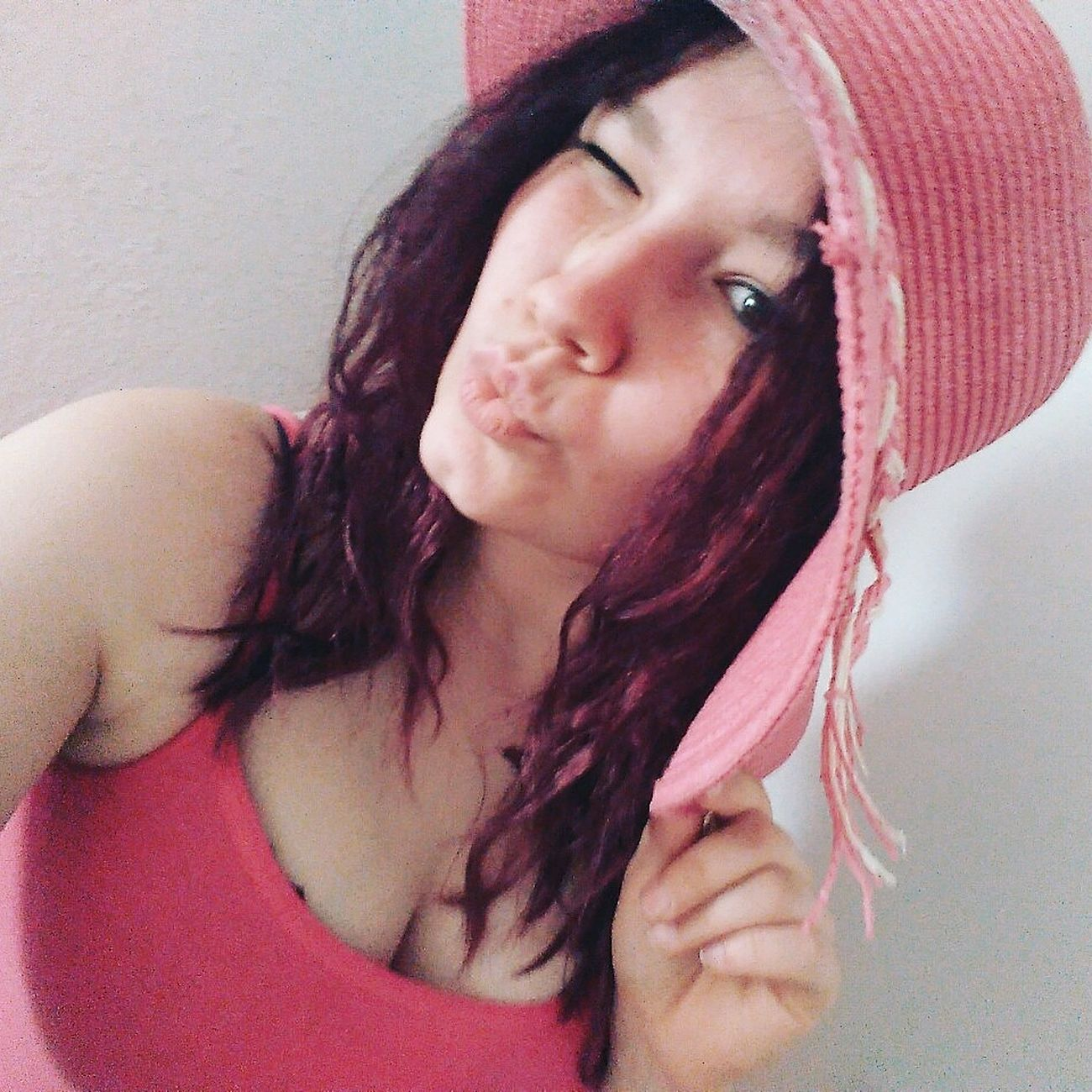 🙈🙉👌🙊 UnBeso ModelPose  Smile ✌ Lovely Guapa Beamodel Pelovioleta Pretty Girl SiempreFeliz That's Me Photography Modelgirl Hairstyle Pink Hat Summerhats