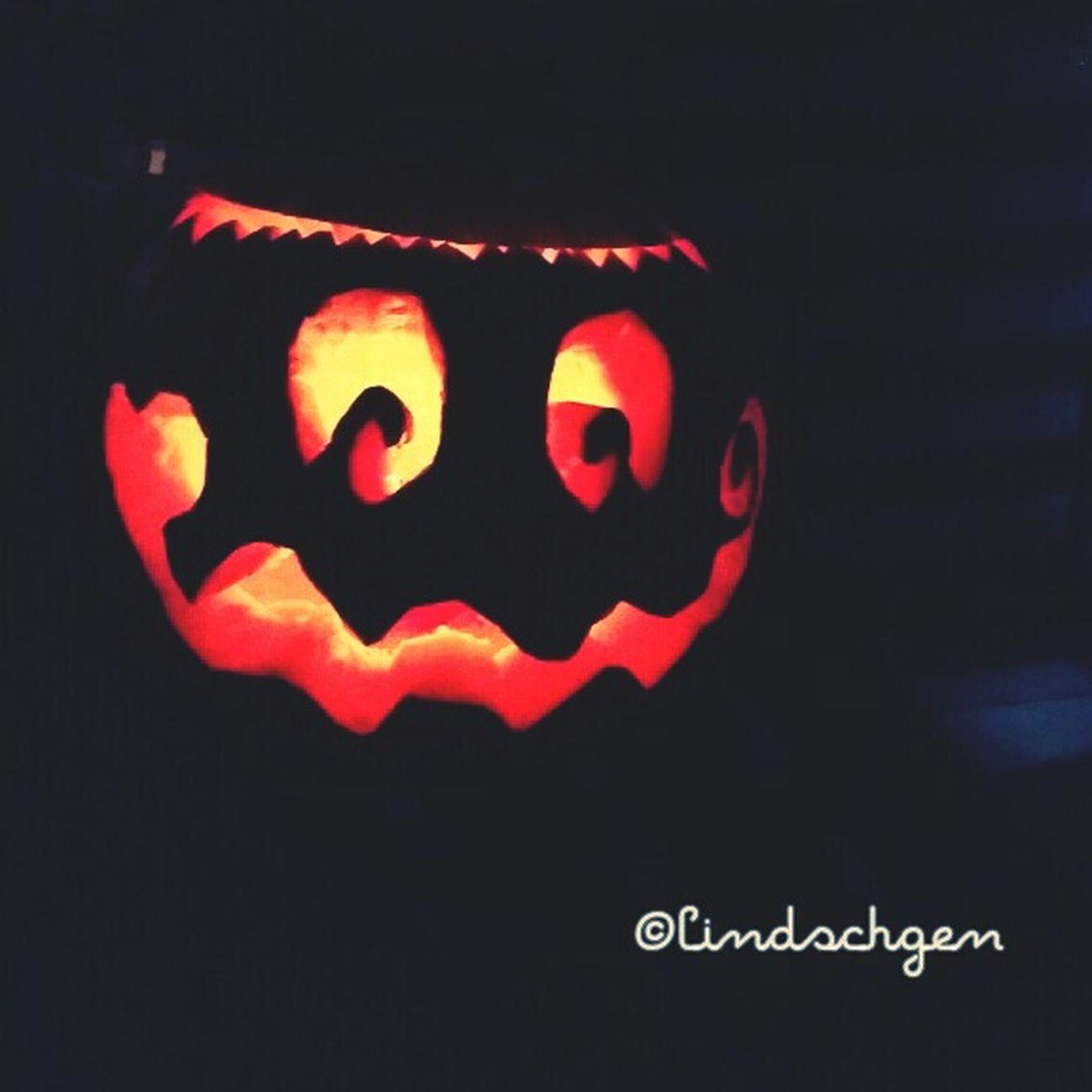 Mein erster geschnizter Kürbis 🎃 my first self craved pumkin Halloween Pumpkin Pumkin Carving Pumkins Kürbis Halloween2015 Halloween Pumpkins Pumkinpicking🎃 Selfmade EyeEm Gallery Enjoying Life Glücklich ☺️ Balkonglück