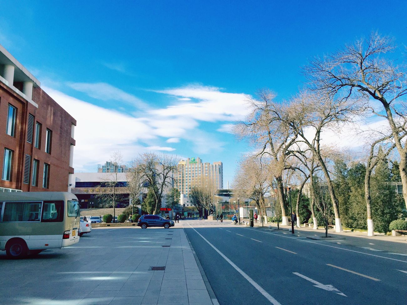 白云是落在天空里的雪。 This is my campus.