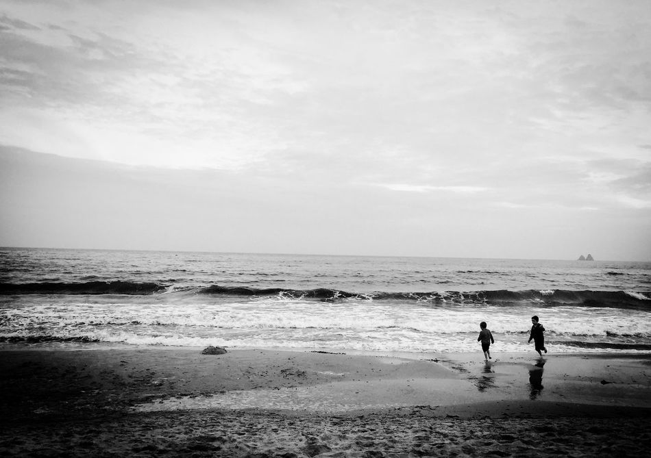 OpenEdit Blackandwhite EyeEm Nature Lover Bnw Laseynesurmer Iphone 6 Children Beach Sea Les Deux Frères