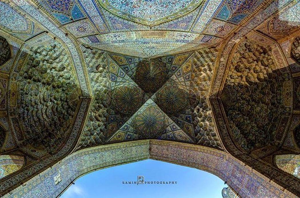 👆🏻👆🏻عکس: مقرنس طاق مروارید - مسجد مشیرالملک - شیراز (رامین رحمانی نژاد)👆🏻👆🏻 ======= مقرنس مُقَرنَس آهو پا، آهو پای، پاآهو، پای آهو. یکی از عناصر تزئینی معماری اسلامی و ایرانی است. مقرنس یکی از عناصر تزیینی معماری است که در زیباسازی بناهای ایرانی به ویژه مساجد و آرامگاهها نقش مهمی دارد. مقرنسها به شکل طبقاتی که روی هم ساخته شده برای آرایش دادن بناها و یا برای آنکه به تدریج از یک شکل هندسی به شکل هندسی دیگری تبدیل شود، به کار میروند. مقرنسها را میتوان ازجمله عناصر موثر در ساختن گنبد ها دانست، که بعدها کاربرد اولیه را از دست داده و بیشتر برای تزیین به کار رفته است. با بررسی آثار اولیه به جا مانده میشود دریافت که مقرنس از آغاز برای تبدیل پلان مربع به دایره استفاده میشده است. پس مقرنس در ابتدا نقشی کاربردی داشته نه تزئینی، البته با رگههایی از گرایش به زیباسازی بنا، «در بسیاری از ساختمانهای به یاد مانده مقرنس در خدمت تبدیل یک پلان مربع به یک گنبد به کار گرفته میشد.» گذشت زمان و بهرهگیری از امکانات بهتر و پیشرفتهتر در معماری٬ مقرنس را سرانجام به عنصری تزئینی مبدل ساخت. Shīrāz - Iran -Mohair Mosque