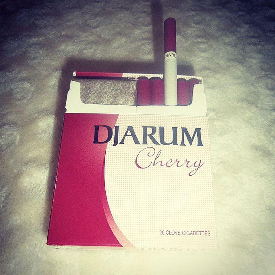 1 yıldır karanfillisini içmekten ciğerim solmuştuu vişnelisi iyi olduu :)) Smoke Djarum Cherry