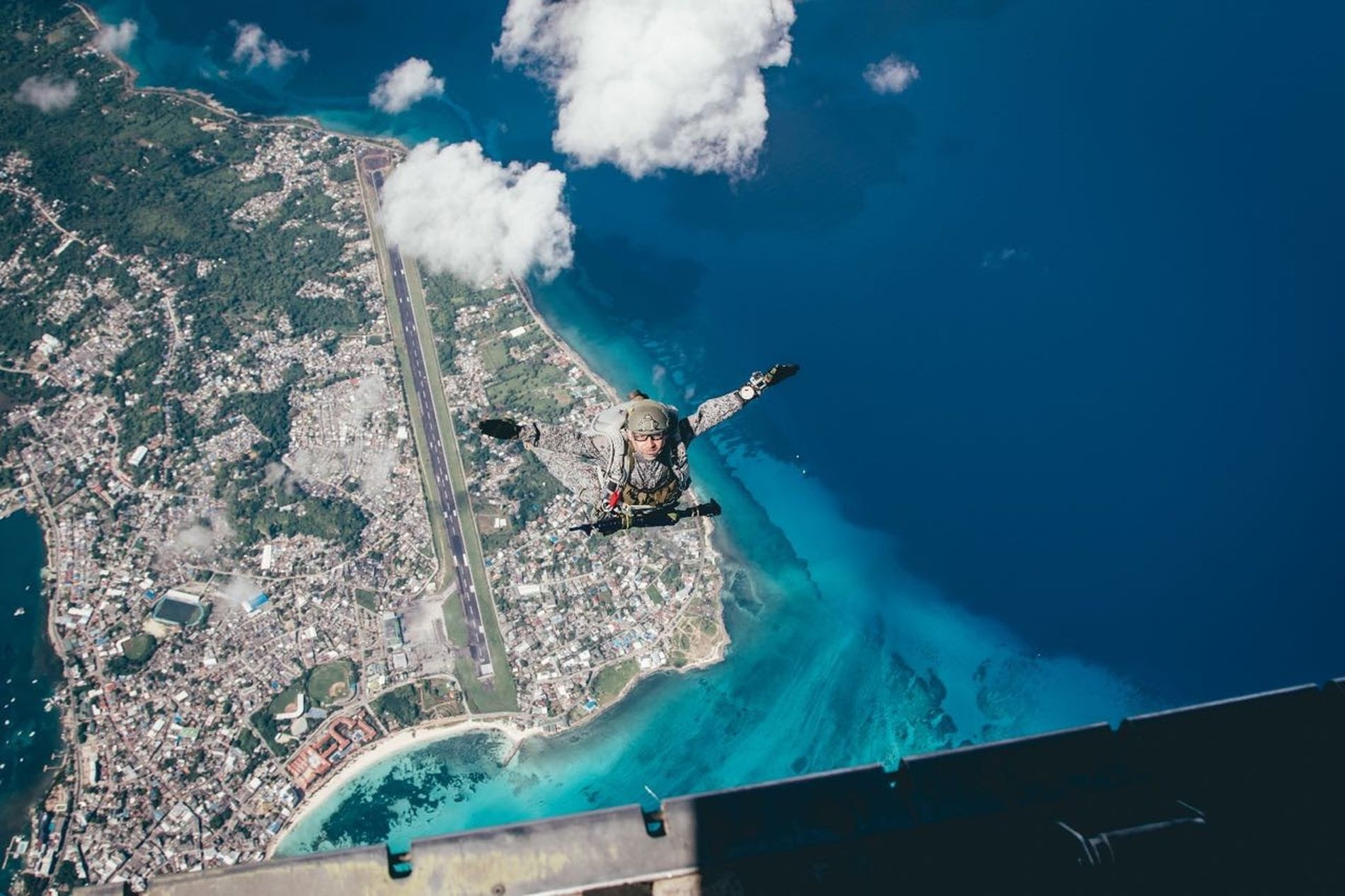Parachute in san andres islas. Sea Cloud - Sky Paragliding Parachute Sky Day Paradise Island Paracaidismo Military Uniform Military Style MilitaryPhotography Military Unit Island Adventure Islandphotography Parachutejump Parachutte Outdoors