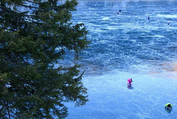 Snow Sports Patinage Artistique Enfant Vacances à la Maison Lac Gelė Montagne Children Figure Skating Frozen Lake Blue Outdoors Winter Beauty In Nature Water Water Reflections Frozen Ground Glace Hiver Switzerland Flying High Break The Mold