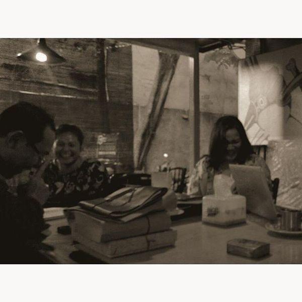 Rapat Ceritanya ... Tawa Lelah SORE Kopi Dokumen Theatre Teatersalihara Salihara Meeting Laughing Laugh Tired Coffeetime Afternoon Lzybstrd Lenovotography Photooftheday Photophone  Pocketphotography