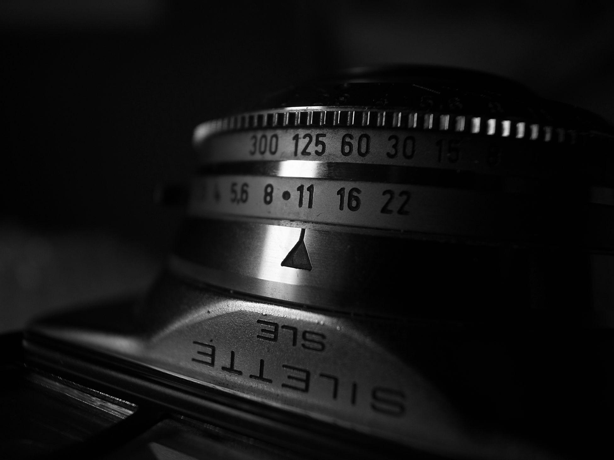 まぁジャンク品だけれど、どうにか写せると言っていた店のおじさんを信じて、新しい世界を楽しもうと思ってます📷✨ちなみにコレは1960年製のドイツのカメラです📷 Agfa Agfa Silette SLE Agfasilette フィルム カメラ Hello World NEW WORLD  Film Camera Black And White Monochrome Textures And Surfaces Textured  Details Macro Macro Photography Light And Shadow Light In The Darkness EyeEm Best Shots EyeEm Best Shots - Black + White taken with Ricoh GRD III