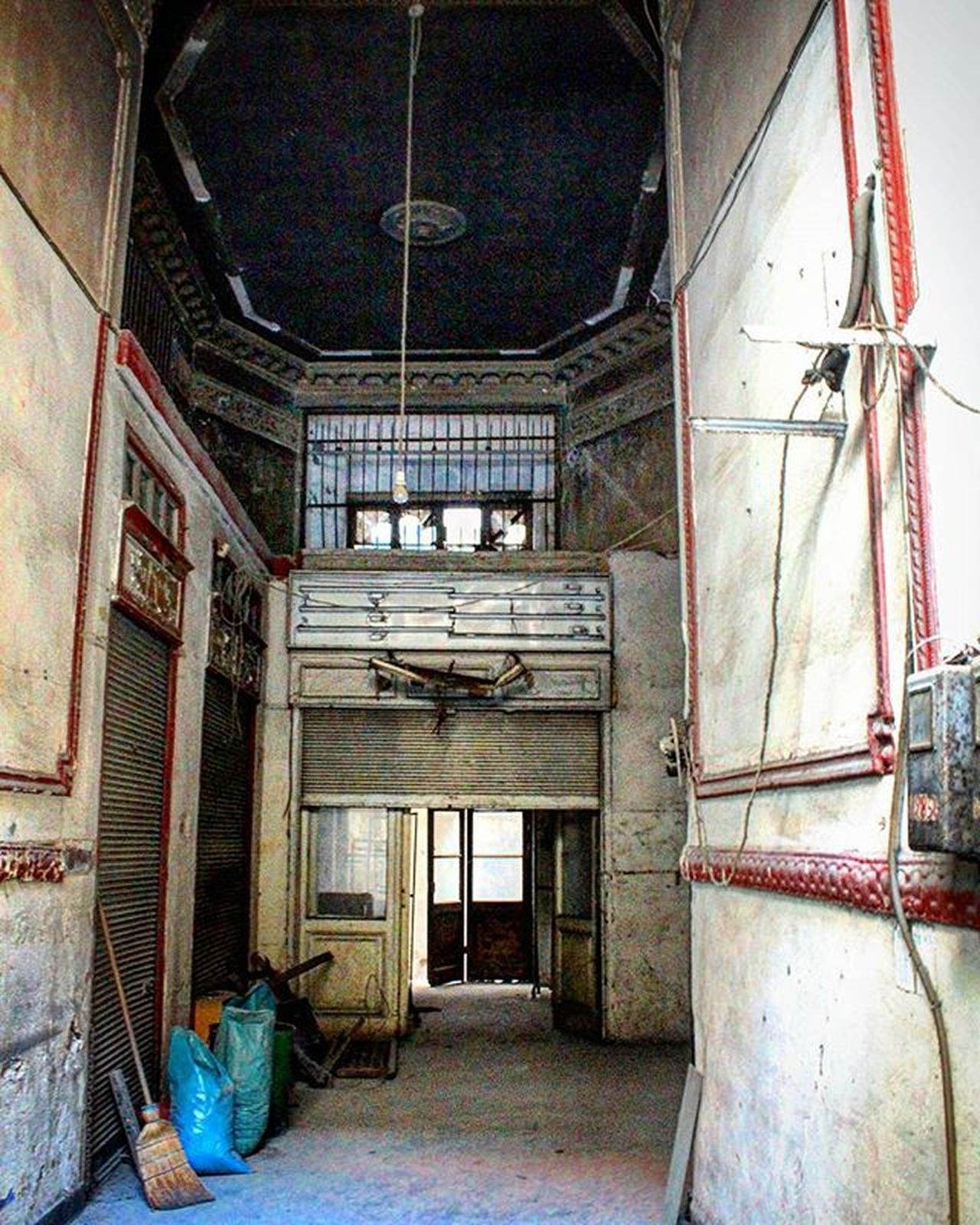 Abandoned building Old Oldmarket Architecture Tall Windows Lights Pipes Bags Office Store Merchandise Industrialbuilding Downtown City center Streetphotography Photography Canon700D Thessaloniki Greece Skg