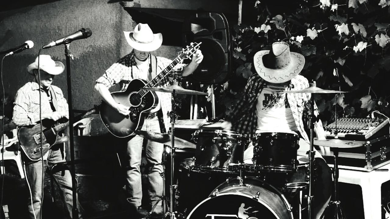 The three amici Large Group Of Objects Creativity Cowboyhat Blackandwhitephotography Black And White Photography Outdoors Trio Music Brings Us Together Musicians Musical Photos Musical Evening Musica Music Time Western Country Music Countrymusicyall Arrangement