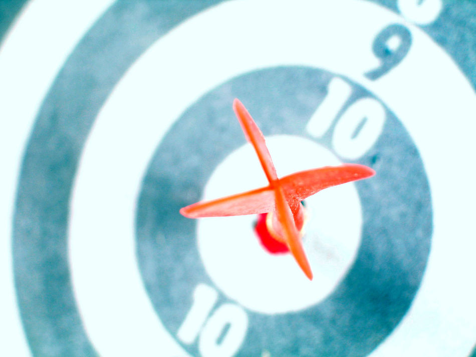 Roter Dartpfeil steckt in Scheibenzentrum 10 Art ArtWork Blau Dart Dartscheibe Gewinnen Gewinner Held Helden Pfeil Rot Roter Pfeil Sieger Symbolic  Symbolisch Symbolism Treffer Zentrum Ziel Ziele