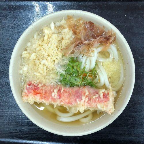 『愉楽家林店』 まるで釜揚げのような、かけうどんを頂きます。シットリとした食感が良いですね。 かけ小+カニカマ天ぷら ¥310 気温も上がりそうな良い天気。
