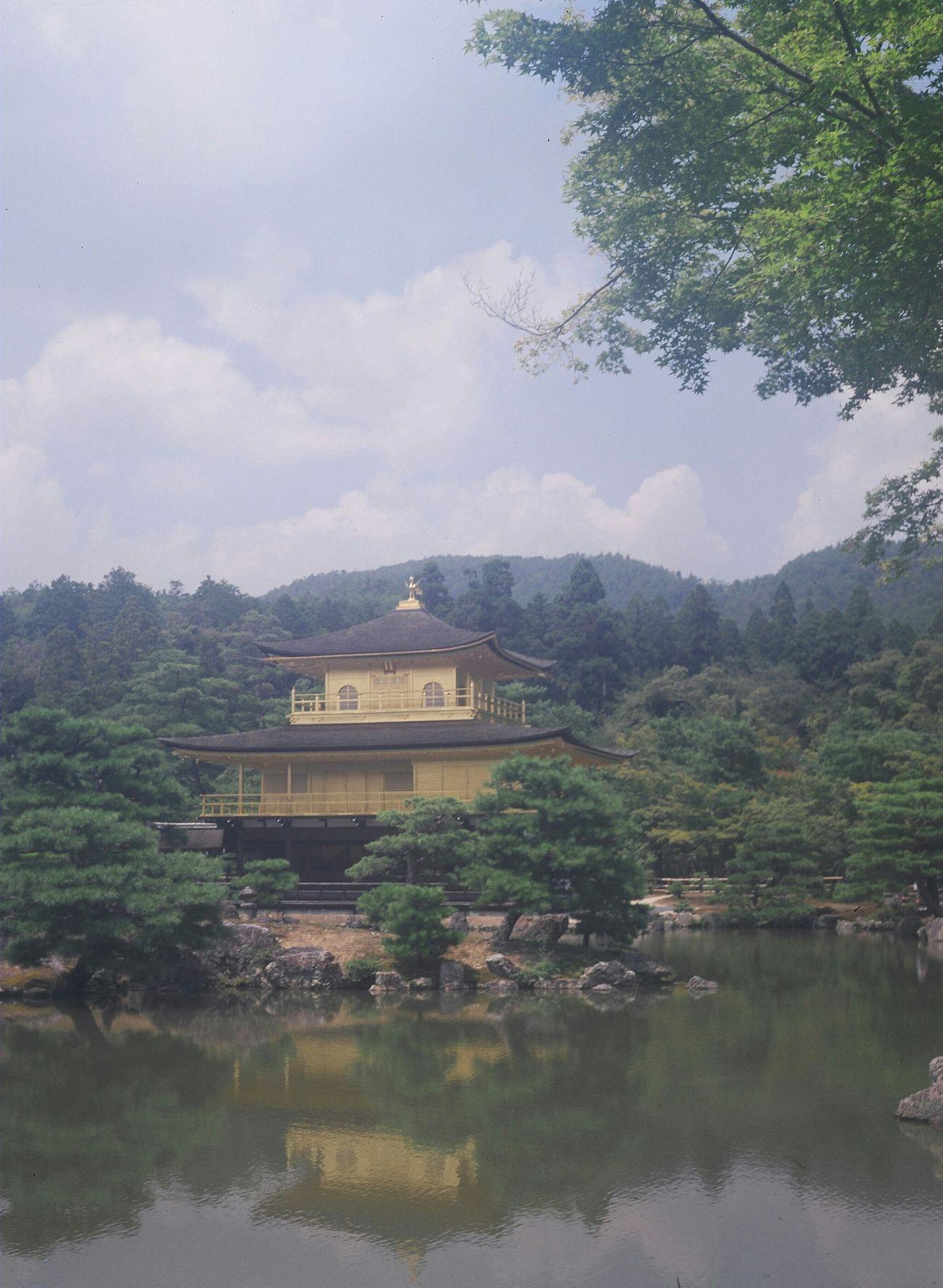 Kyoto Kinkakuji 金閣 前に骨董市で買った セミイコンタという 蛇腹 のカメラで撮ってみたんですけど…やっぱりなんか白っぽい… ブローニーフィルム 120 Film