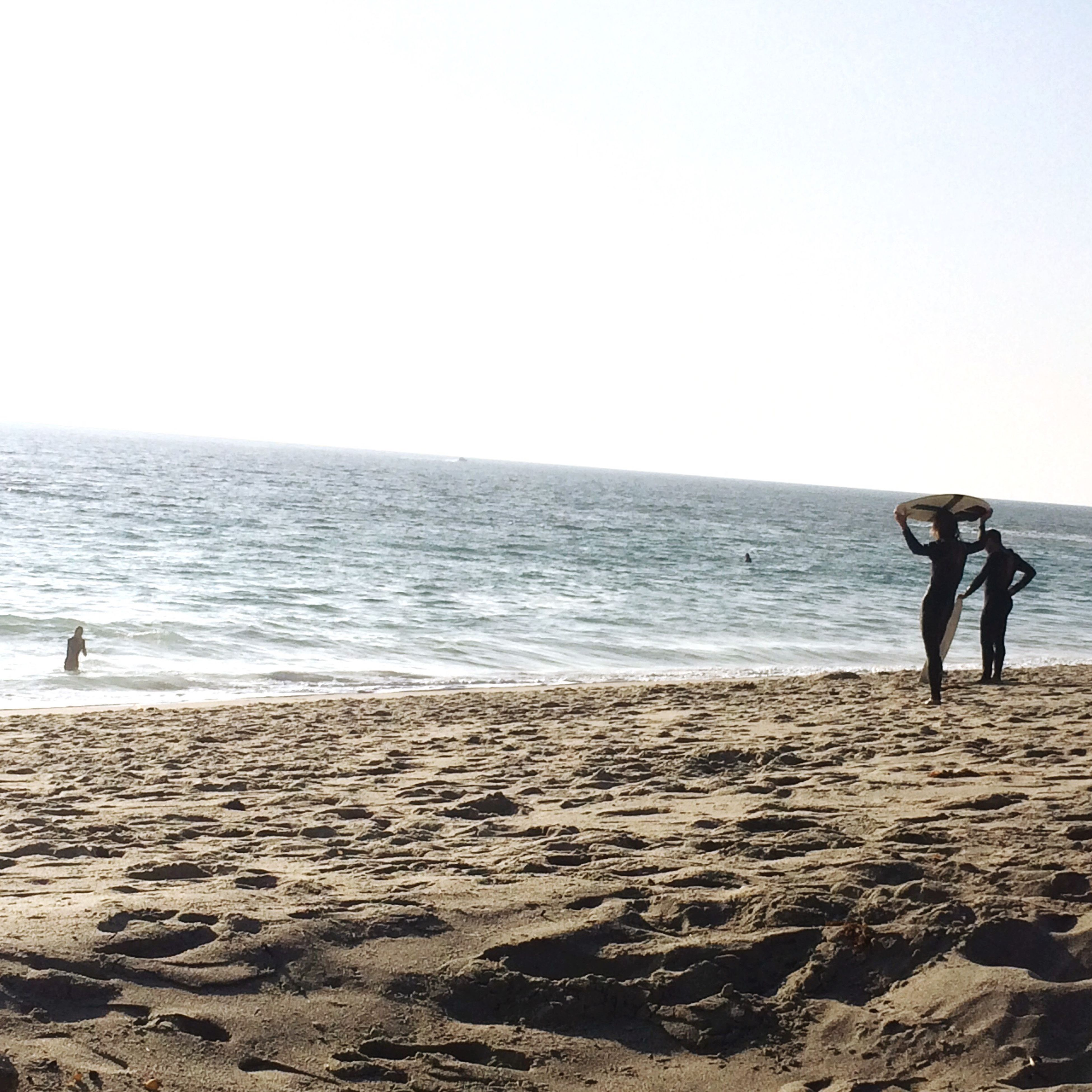 sea, beach, horizon over water, water, real people, sand, shore, full length, leisure activity, lifestyles, nature, clear sky, scenics, sky, standing, outdoors, rear view, beauty in nature, men, day, adult, people