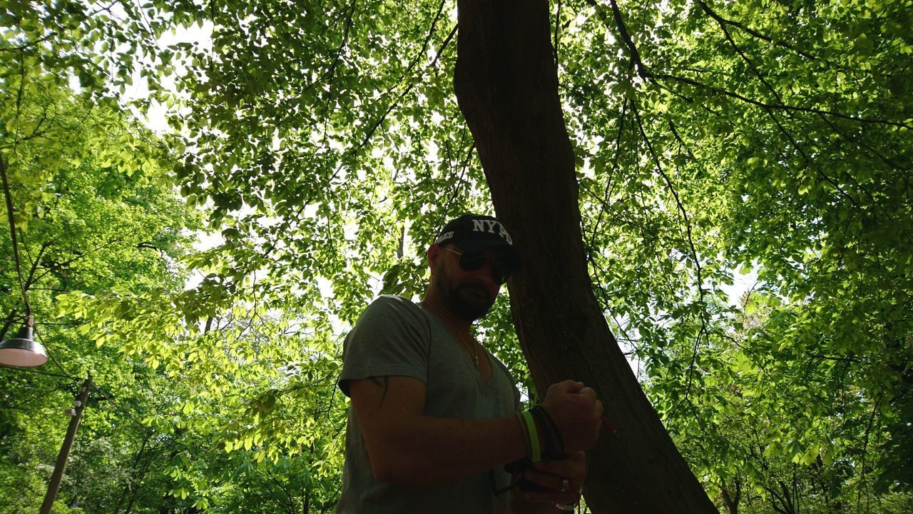 Friend in front of tree. · München Munich Bayern Bavaria Germany M 089 Friend Muscles Threat Gogo  Kago Tree Branches Lighting Green