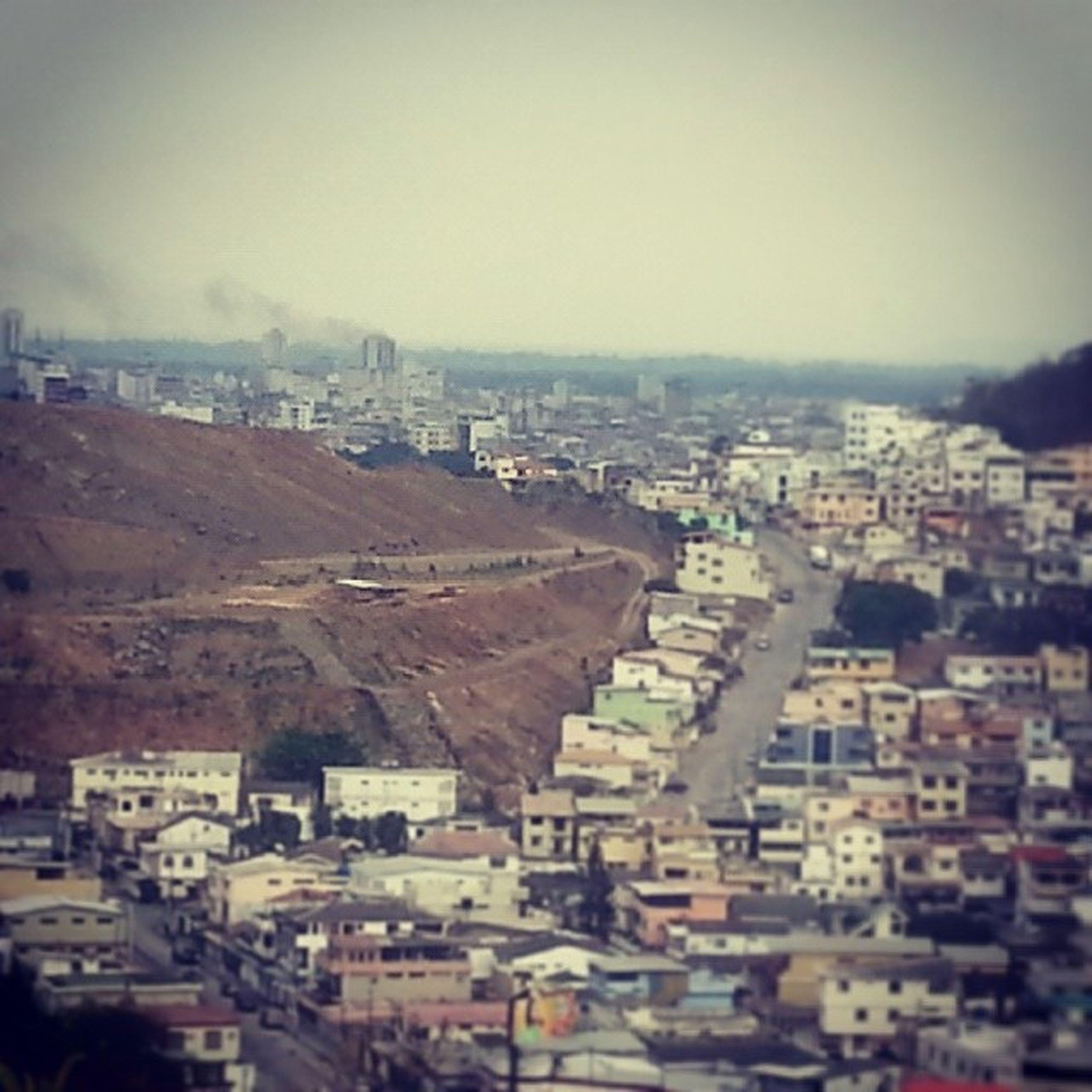 En el fondo se ve el edificio q se incendio hoy en Guayaquil Fotosinquererqueriendo
