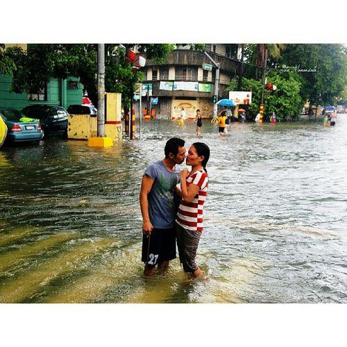 Not even MaringPH can separate this couple Habagat NagbaBandila Manila flashfloods youscoop themanansala photography photojournalism igersmanila igers @youscoop