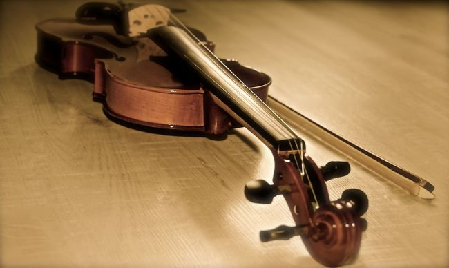 Arts Culture And Entertainment Cordes Eye4photography  EyeEm Floor Hobbies Instruments Music Music Is My Life Musical Instrument Old-fashioned One Light Source Sepia Vintage Violin Violon Wood