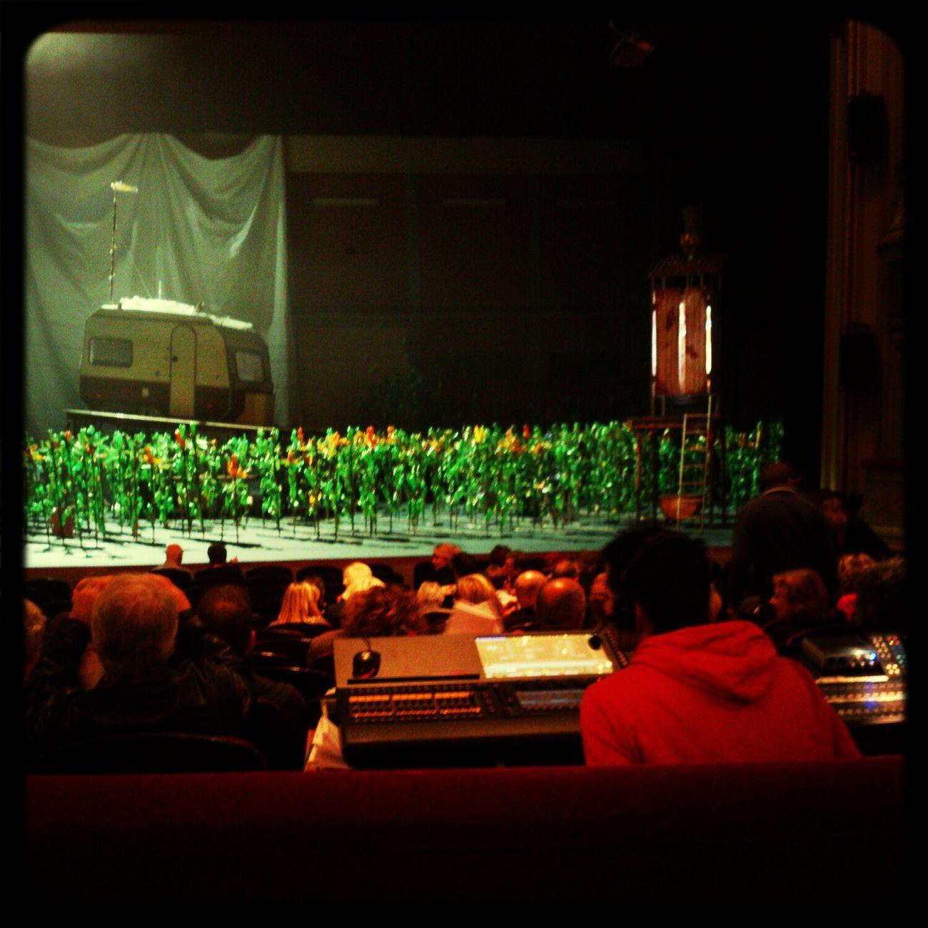 ROtheater: vreugde tranen drogen snel Bottles Decor Theater Watching