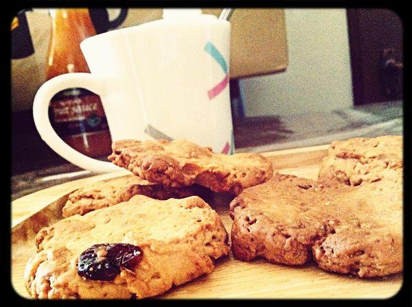かわいい後輩ちゃんから手作りクッキーもらいました(^ ^)!グラノーラ入りのおからクッキー。素朴で優しい味がエスプレッソによく合います♪今朝も優雅な一日の始まりです。