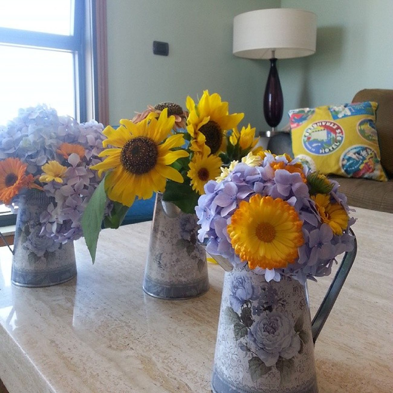 Home decoration this week. Flores Vigo Déco Cosy Lifestyle Decoration Flowers Jar Britishgarden Jarra Sunflowers Hydrangea Calendula Blue Yellow Orange Happiness