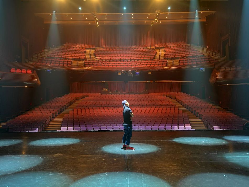 Stage Theater One Person Indoors  Muangthai Rachadalai Theatre Standing Stage - Performance Space Stage Stage Photography HuaweiP9 Musical Theater  Huawei