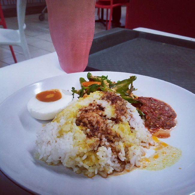 Luncheon Kacangbotol Sambalbelacan Tehoais Kicap telurmasin yummy..yummy..