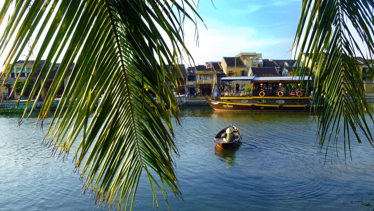 Boat Hoi An Leaves Old Town River Southeastasia Traditional Vietnam Waterfront